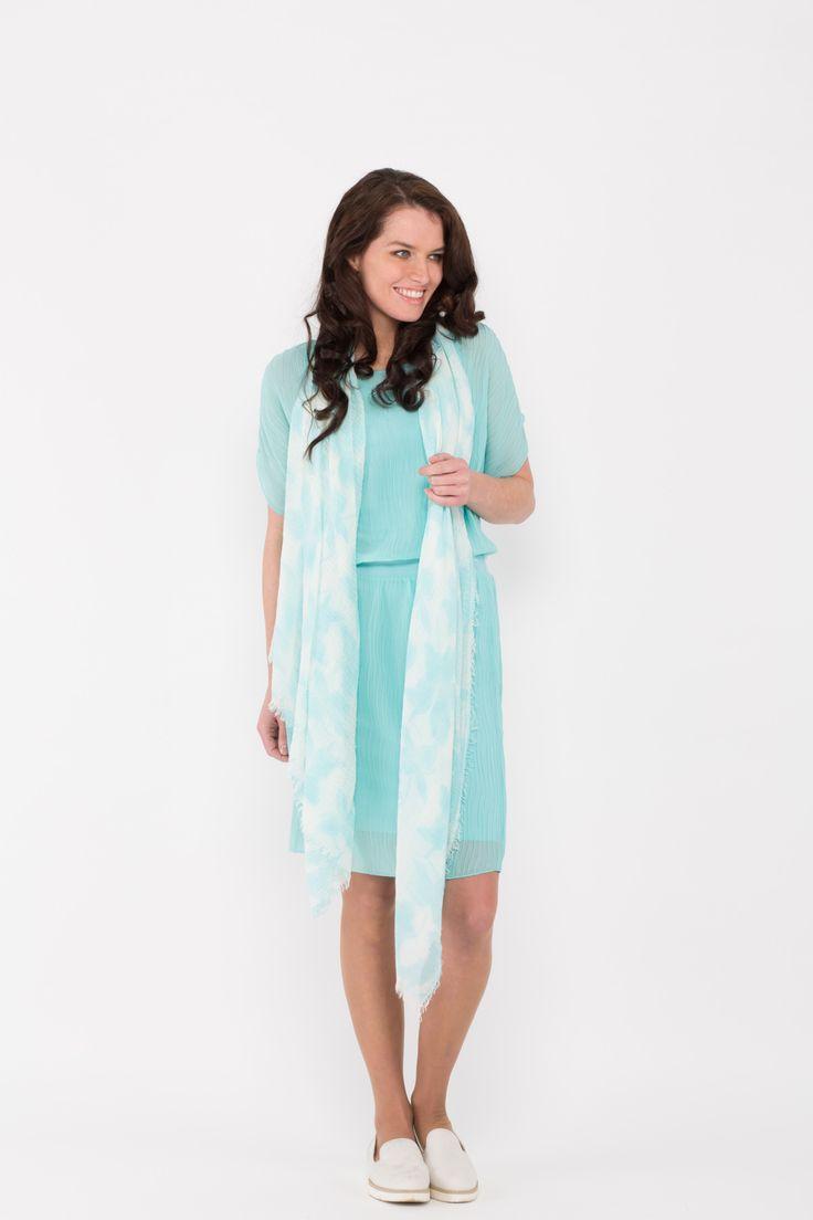 Aqua kleurige jurk van het label Emma. De jurk heeft korte vleermuismouwen. Leuk te dragen met sportieve sneakers. Ook verkrijgbaar in de kleur marine en licht roze.