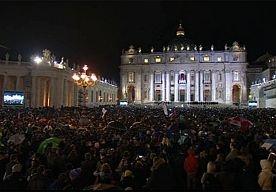 13-Mar-2013 19:28 - LIVE JUICHENDE MENIGTE WACHT OP NIEUWE PAUS. Om 19:06 uur kwam er witte rook uit de schoorsteen van de Sixtijnse Kapel. Dat betekent dat de 115 kardinalen een nieuwe paus hebben gekozen.