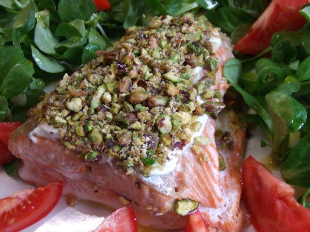 Salmón con crujiente de pistachos Ver receta: http://www.mis-recetas.org/recetas/show/65171-salmon-con-crujiente-de-pistachos