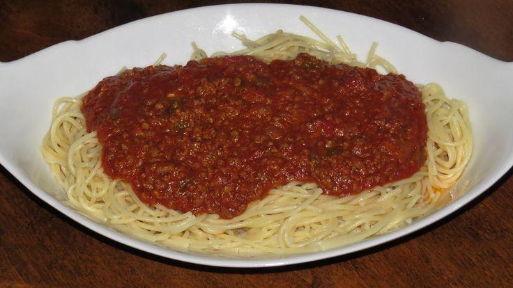 Chauffer l'huile sur feu moyen dans un grand chaudron profond. Ajouter les légumes hachés et cuire en remuant durant 10 minutes. Ajouter la viande hachée et continuer la cuisson jusqu'à ce que la viande brunisse. Ajouter ensuite les tomates (pâte, tomates, sauce et jus), un ingrédient à la fois, en brassant après chaque addition...