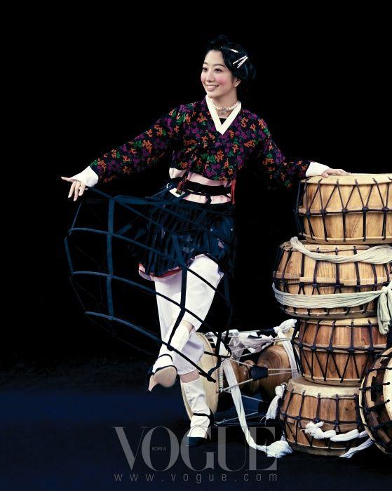 (Dior), 꽃무늬 검정 저고리는 차이 김영진(Chai Kim Youngjin), 블랙 파니에는 비나 제이 란제리(Vina. J. Lingerie), 진주 장식 초커는 샤넬(Chanel), 슈즈는 레페토(Repetto).