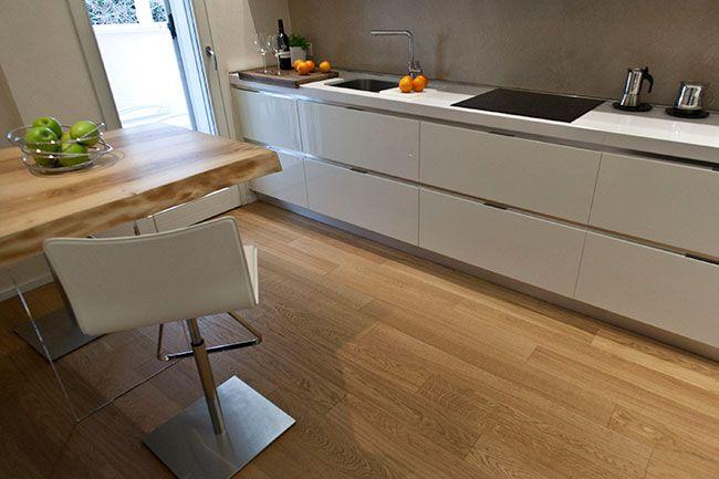 Rivestimento cucina moderna bianca idee creative di - Rivestimento cucina bianca ...