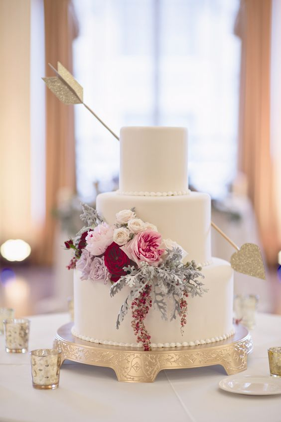Cupid's arrow wedding cake for a Valentine's Day Wedding -  Bridal boquet/ Wedding table color idea, cake idea