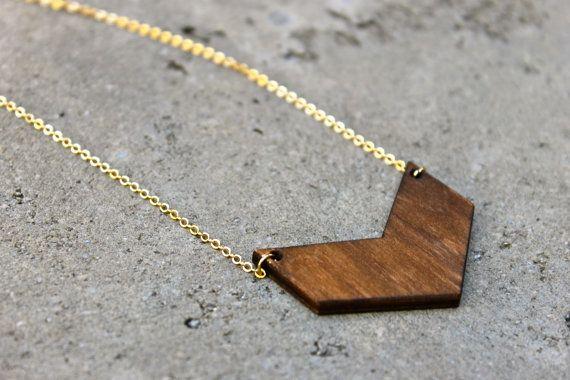 Chevron Holz Halskette / / 16K Gold / / Minimal von TheVintageAcorn