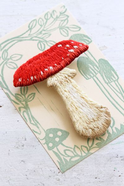 Embroidery red toadstool フェルト刺繍の赤いキノコのブローチ「ベニテングタケ」 by PieniSieni