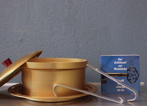"""Mewa_Kochset Mewa-Riz – der Schlüssel zur Reisküche"""". Auf einem gestuften Ring, der auf verschiedene Pfannengrössen passt, steht ein Gefäss mit gelochtem Boden und Zirkulierrohr aus Reinaluminium. Im aufsteigenden Wasserdampf wird nicht nur Reis, sondern auch Couscous oder Gemüse schonend gegart."""