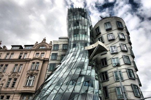 なんじゃこりゃぁ?歪んだ世界に入り込んでしまったかのような世界の奇妙な建造物