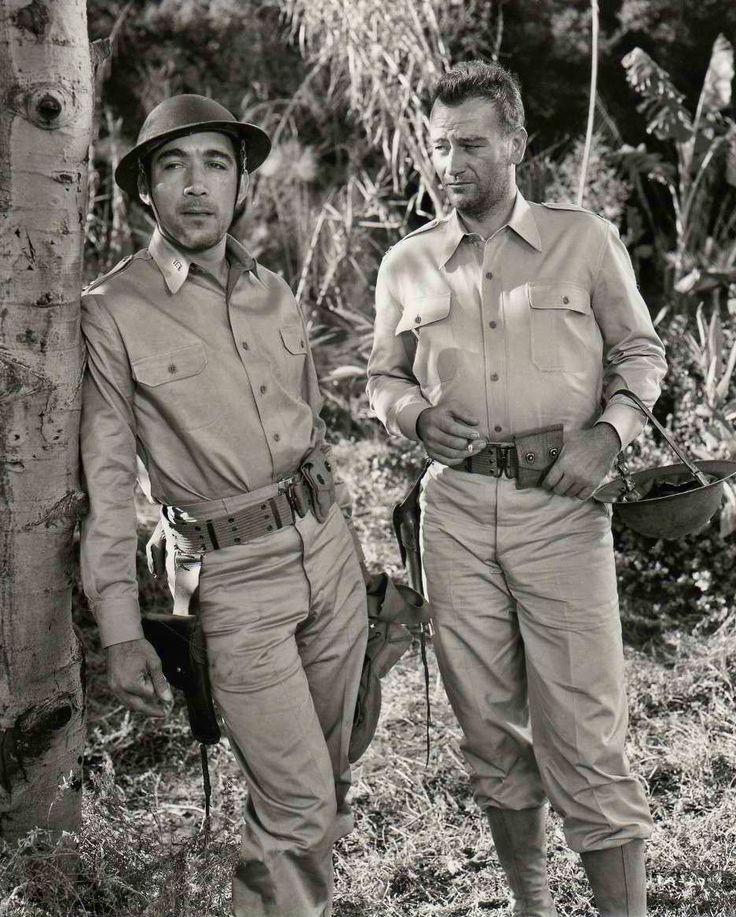 """Anthony Quinn y John Wayne en """"La patrulla del Coronel Jackson"""", 1945"""