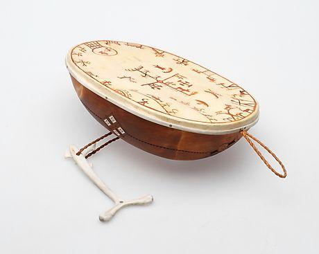 131684. TROLLTRUMMA, Per Anders Hurri. – Auctionet # Swedish Peasantry Sami Drum