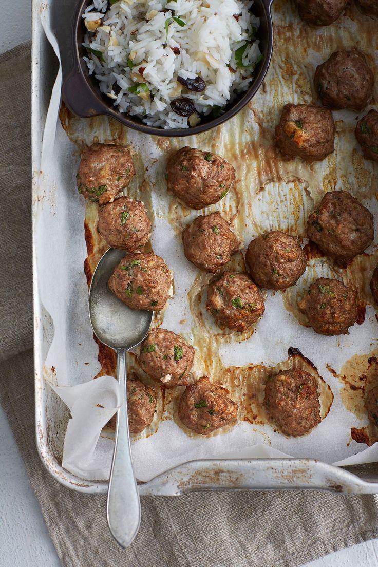 Lempeän maukkaat lihapullat maustetaan kanelilla. Lisukeriisi saa suutuntumaa pähkinöistä.
