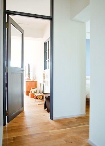 ドアの色といい、上半分がガラスになっているところといい、家の中にカフェのドアがあるかのよう。