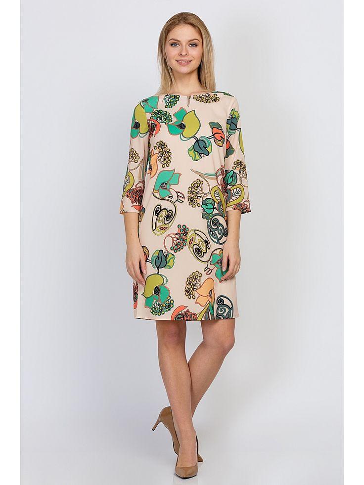 Стильное платье прямого кроя. Ткань легкая, очень приятная на ощупь цвета крем-брюле с оригинальным принтом. Есть тонкая хлопчато-бумажная подкладка с эффектом эластичности. Рукав 3/4, на спинке застегивается на аккуратную пуговицу в тон. Очень удобное и комфортное платье, отлично подойдет как для офиса, так и для коктейльной вечеринки.   Длина платья по спинке в 42 - 48 размерах - 90 см, в 50 - 54 размерах - 93 см.  Рост фотомодели 172 см.