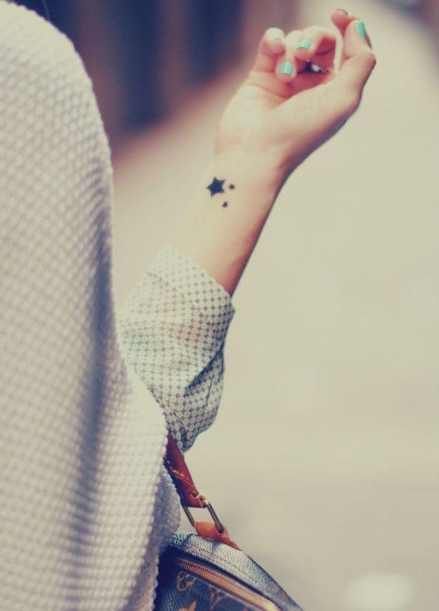 stern tattoo frau handgelenk klein