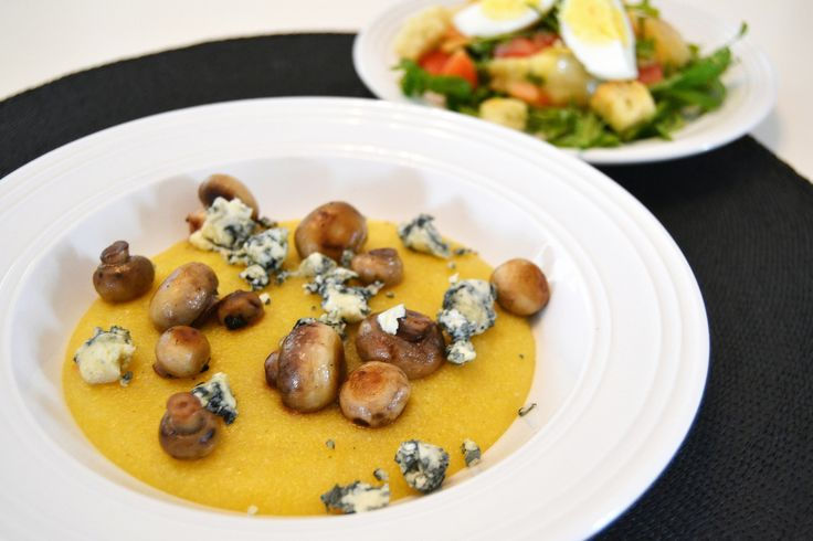 Creamy polenta with blue cheese and egg- and tomato salad