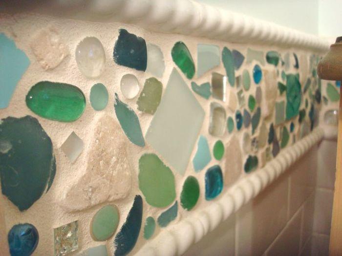 砕けたタイル、昔遊んだビー玉たち、海で拾った丸まったガラスのかけら、思い出も一緒に埋め込んで。
