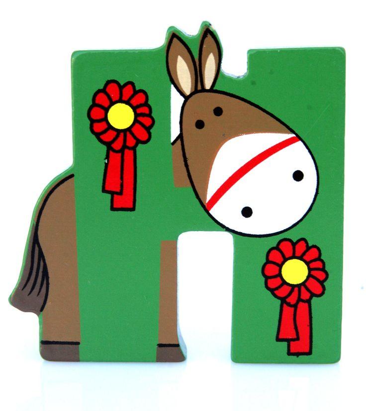 Simpatica lettera H in Legno con l'aspetto di un Cavallo, per decorare e rendere più bella la cameretta componendo nomi, frasi. Sono disponibili tutte le lettere dell'alfabeto  Si puo' fissare con colla, biadesivo oppure Può essere appoggiata su una mensola oppure si puo' fissare con colla o biadesivo o possono anche essere utilizzate per giocare.  Dimensioni cm 7 x 7,5 x 1  Materiale: Legno.   I colori possono cambiare in base alle disponibilita'