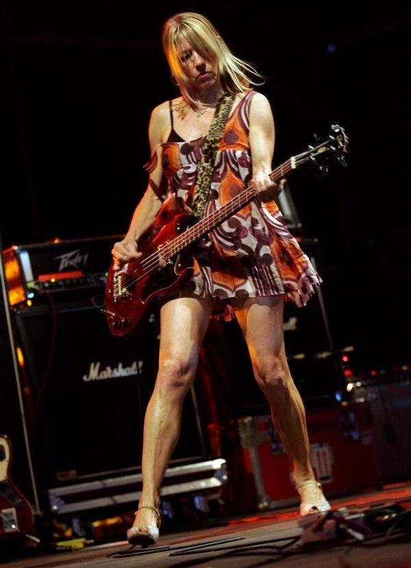 Kim Gordon en una actuación con Sonic Youth en 2005 (foto: VALERY HACHE/AFP) | Evadidos - Blog elcorreo.com