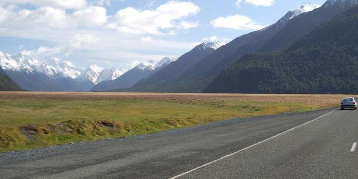 Rodovia Milford, na ilha do Sul, Nova Zelândia. O Vale Eglinton é uma incrível parada esculpida na geleira, localizado ao longo da Rodovia Milford. Esta tem 119 km de extensão, e é a forma mais acessível para observar a grandeza do cenário de Milford Sound. Conforme você se aproxima, a paisagem se intensifica e montanhas íngremes cobertas com uma vegetação espessa ladeiam a estrada.  Fotografia: Tourism New Zealand.