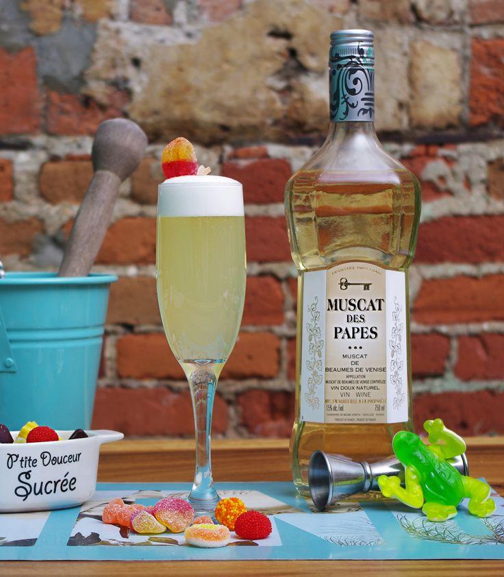 Bobby le Joyeux: 2 oz Muscat des Papes 1 oz confiture de pêche 1 oz jus de canneberge blanche ½ oz jus de lime blanc d'oeuf jujube Sour Peach  #Cocktail #Muscat #DIY