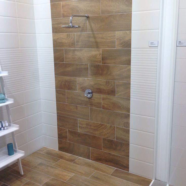 Houtlook tegels tegen de wand in de badkamer