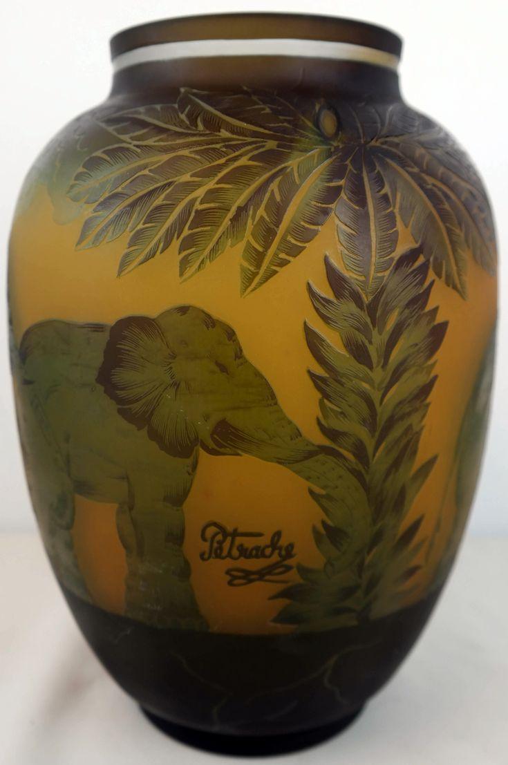 Cameo vaas gesigneerd Petrache     De Roemeense kunstenaar Petrache maakte deze vazen in de Art Nouveau periode tussen 1895 en 1905. Hoogte ca 26 cm.