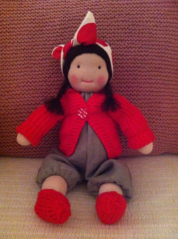 ...die Puppe kann Beine und Arme bewegen, sie sitzt, steht und ist sooo weich, dass kleine Kinderherzen hervorragend mit ihr kuscheln können...