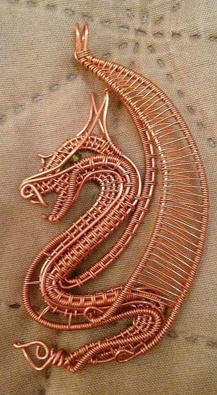 Ce dragon est fabriqué sur commande. Lexemple sur la photo est enveloppé avec du fil de cuivre. Un petit cristal de Swarovski facettes vert olive représente le œil.  Ce pendentif est 8cm (3,14 pouces) de long et 4cm (1,5 po) de large. Il est livré avec un brun ou noir (au choix) cordon de cou soyeux associé à un nœud coulissant réglable pour ajustement facile longueur. Livrée dans une boîte cadeau décoratif.  Il peut également être enveloppé dans le fil de couleur différente ou multicolore…