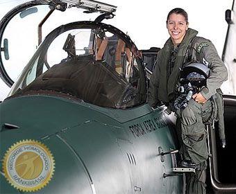 A tenente-aviadora Carla Alexandra Borges, que entra para o RankBrasil em 2013, foi a Primeira mulher a pilotar um caça da Força Aérea Brasileira (FAB).