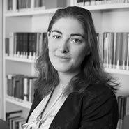 Esther Mommers heeft aan de Universiteit Leiden een bachelor Nederlands recht afgerond en zich tijdens haar master ondernemingsrecht gespecialiseerd in het Intellectuele Eigendomsrecht. Tijdens deze studie volgde zij tevens een semester diverse vakken aan de Aristoteles universiteit te Thessaloniki en heeft zij vanwege haar interesses een minor Brain and Cognition afgerond.
