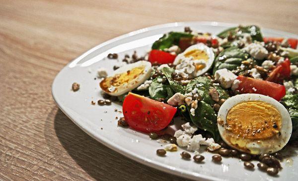 Spinatsalat mit Linsen, Ei und Tomate – inthemood4food