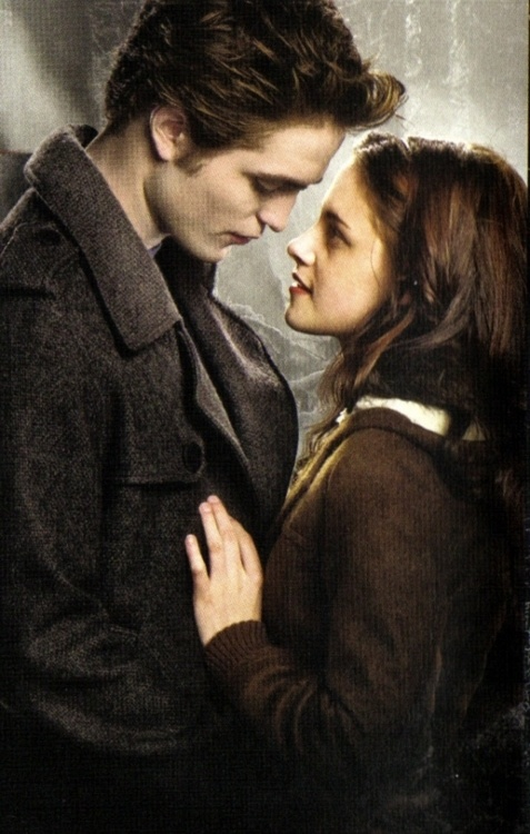 The poster reminds me of YA book covers I grew up with in the 80s. There s so much innocence in Bella s eyes and pain in Edward s