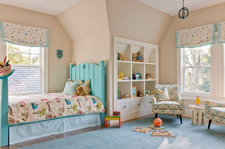Бежевые стены, голубая кровать и ковёр