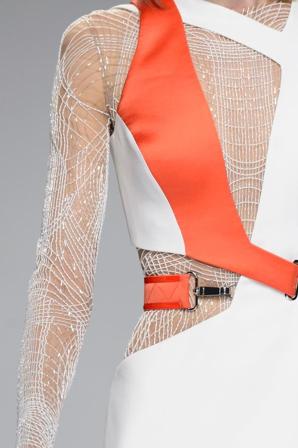 Retrouvez les photos du défilé Atelier Versace Haute couture Printemps-été 2016, les meilleurs moments en vidéo, ainsi que les coulisses et les détails du show