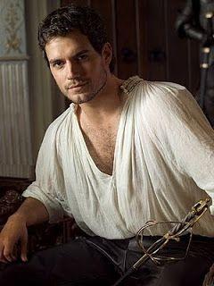 .História da Moda.: O Rufo série The Tudors, o personagem exibe uma chemise. A gola branca da chemise pode ser vista por baixo das roupas na segunda foto, já tomando a forma de um mini-rufo.