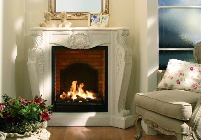 Rozpalony kominek dodaje ciepły rodzinny klimat w każdym domu.