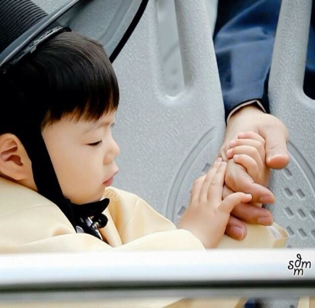 Song Manse feels safe when holding Appa's hand ^^
