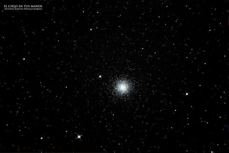 M15, es un cúmulo globular en la constelación Pegaso, con una edad estimada de 12 mil millones de años, es uno de los cúmulos globulares más antiguos y de los primeros años de nuestra galaxia. Situado a unos 33600 años luz de la Tierra,175 años luz de diámetro y luminosidad 360.000 veces mayor al Sol. Las estrellas se apelotonan alrededor del núcleo formado por más de 100000 estrellas, por lo que es uno de los cúmulos más densos,se encuentra a una distancia de 33.600 años luz de la Tierra