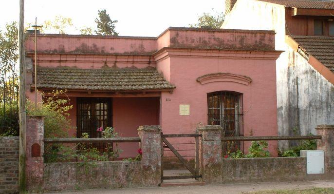 Esta casa construida en 1955 perteneció a Juan Carlos Whelan, conocido por todo el vencindario por «Cacho Whelan» o «El inglés», así su ascendencia fuera irlandesa por sus dos ramas