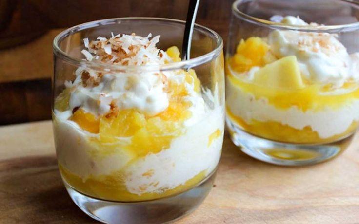 Mango Ananas En Kokos Dessert, wat een tropisch feestje! Vers fruit in combinatie met slagroom. Jummie! Veel kookplezier!