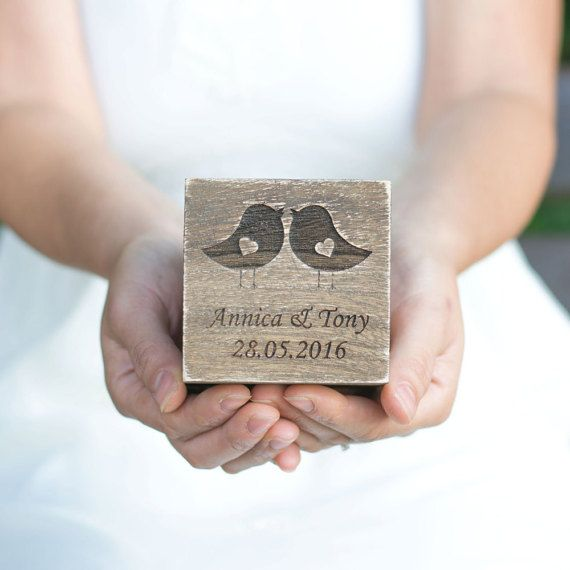 Liefde vogels gepersonaliseerde Ring vak drager  Dit is de rustieke liefde vogels ring vak gegraveerd met de namen en trouwdatum en twee schattige dwergpapegaaien met hart.   Deze aanbieding is voor een trouwring vak!  Dit vak heeft een schattig rustiek, coutry uitstraling. Het is gewoon perfect voor uw Vintage, Shabby chic, rustieke of strand bruiloft.  U kunt het ook gebruiken als de doos van de gift van de bruids partij. Als u meer nodig dan één vak neem dan gerust contact met mij op elk…