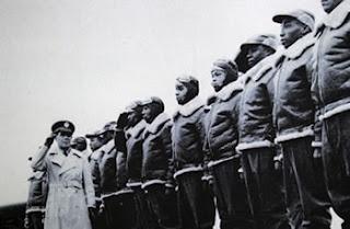 pilotos do primeiro grupo de caça, o 332º, inteiramente composto por afro-americanos na Europa, na WWII, distinguindo-se grandemente. Este Grupo não perdeu um único bombardeiro em 200 missões de escolta.