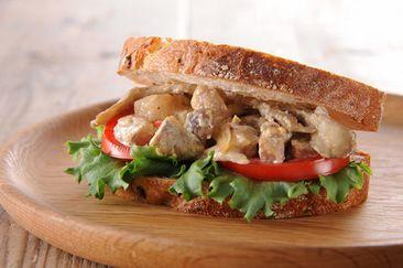豚肉のクリーム煮のライ麦ブロートサンド