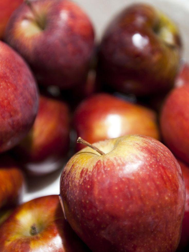 Äpfel gehören zu den besten Lebensmitteln gegen Krebs. Sie enthalten Flavonoide und Pektine - diese Ballaststoffe gelten als Darmwächter und können das Krebszellwachstum verhindern. Unbedingt die Schale mitessen - hier steckt das meiste Vitamin C drin, welches die Zellen vor freien Radikalen schützt. Besser sind übrigens heimische, saure Apfelsorten wie etwa Boskop.