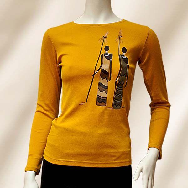 Camiseta Clásica Manga larga. Diseño: Dos Masai. Color: Amarillo Mostaza. Esta prenda ha sido pintada con Pinturas para tela, inalterables en el lavado tanto a mano como en lavadora. Confeccionada en 100 % Algodón, su tejido es muy suave al tacto. Está disponible en variedad de colores y tallas. Para colores o dibujos diferentes a los que figuran en stock, consultar con el taller. Tejido: 100 % Algodón. Lavado a  máquina: 30° Máx. Plancha: calor medio. No usar lejía ni secadora.