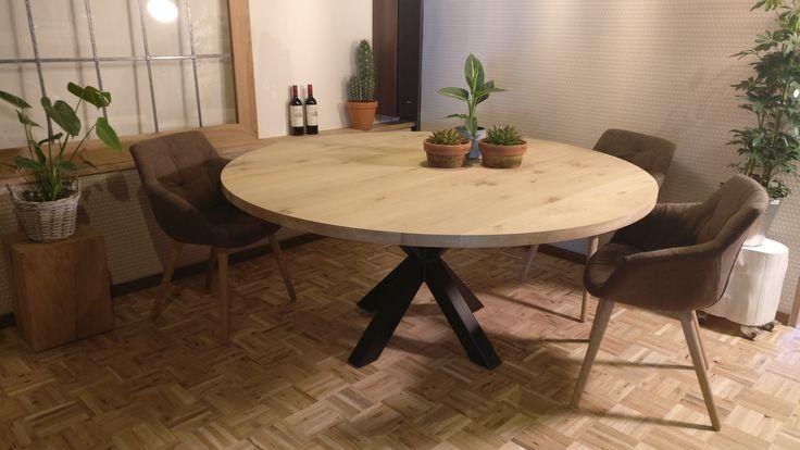 <p>Tijdloze eiken vergadertafel of te gebruiken als eettafel voor in uw restaurant. Deze ronde tafel is zeer functioneel en biedt door de stalen poten in het midden veel zitruimte rondom de tafel om gemakkelijk te vergaderen of gezellig te dineren.<br />De ronde tafel kan in elke diameter voor u worden gemaakt en afgewerkt zoals u dat wilt!<br />Bel of email ons voor alle mogelijkheden en u ontvangt een vrijblijvende offerte van ons.</p>