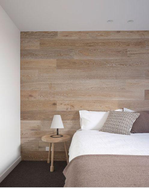 Mur recouvert de bois et tête de lit