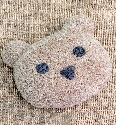 """Un jolie tête d'ours pour des rêves de douceur...Tricotez ce coussin """"doudou"""" en Phil Teddy, un fil aspect fourrure ébouriffée."""