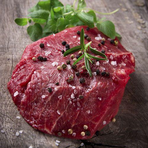 Говяжья вырезка от SeasonMarket — поэзия истинно русской кулинарии! Насладитесь сбереженной нами для вас самой вкусной частью говяжьей туши. Приготовьте жаркое из вырезки или зажарьте ростбиф. Вам не потребуется сложного рецепта со множеством ингредиентов в обоих случаях — только мясо наших породистых бычков, которых мы выращиваем на пастбищном содержании, и специи по вкусу.