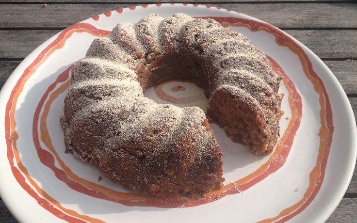 Saftiger Kuchen, nur mit Datteln gesüßt und statt Mehl kommen gemahlene Mandeln rein. Einfach zu mixen und ein super gesunder Energielieferant!