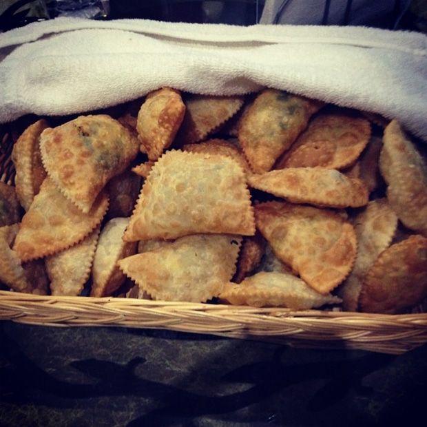 Çerkes Yemekleri - Haliva - Thurıje Halıjo Haliva çiğ böreğin neredeyse kankasıdır. Thurıje halıjo olarak da bilinir. Tavada tereyağında pişirilir. Böylece hem lezzet dolu kokar hem de tereyağının tadı hamura geçer. Afiyetler.